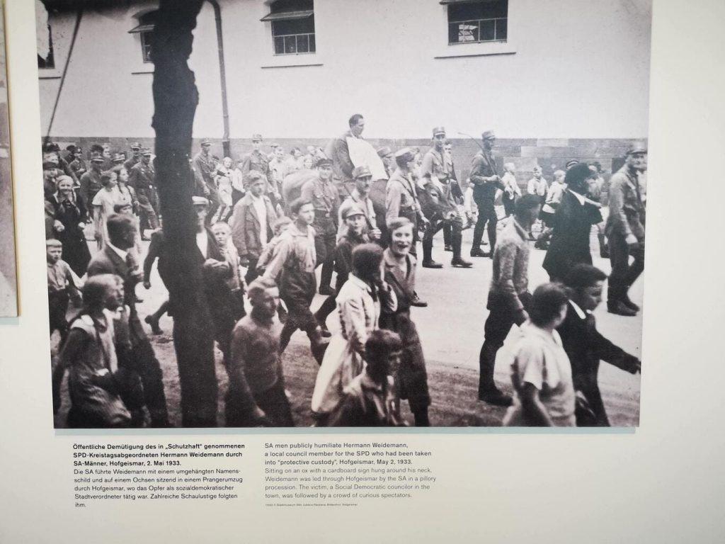 Acto de repudio en la Alemania Nazi. Humillación pública de un adversario político