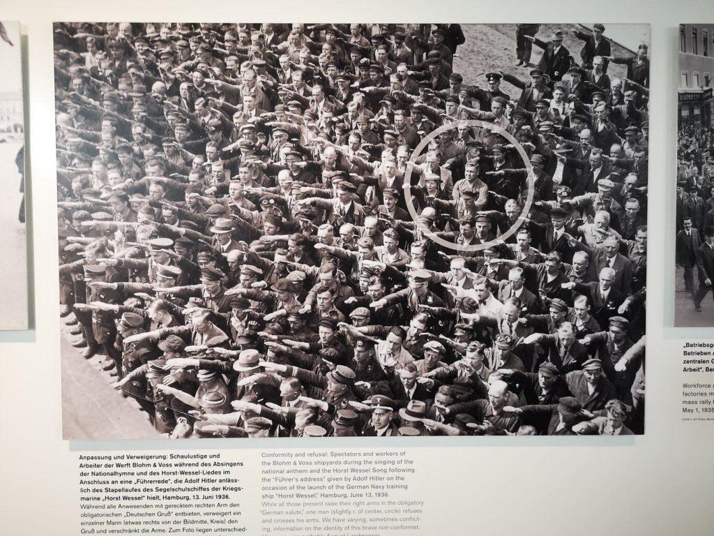 Un hombre se niega a saludar al führer