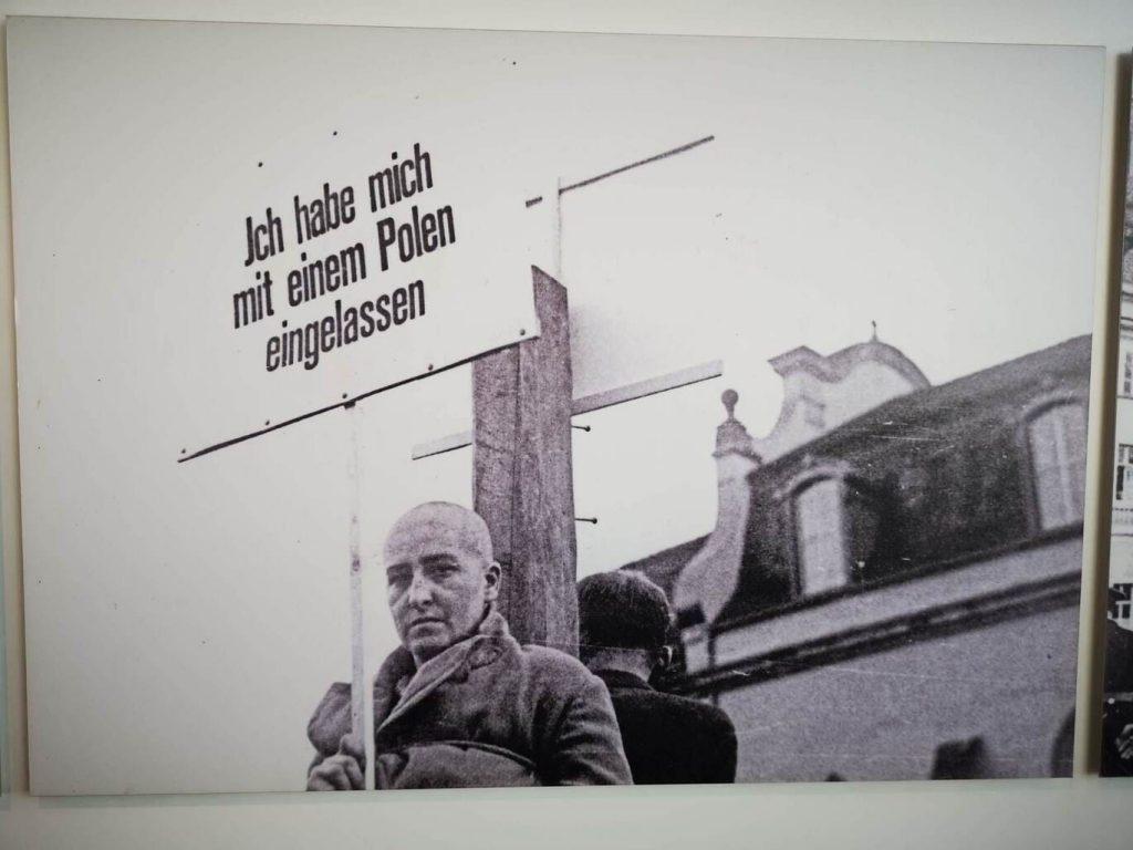 Acto de repudio en la Alemania Nazi. Humillación pública - Me involucré con un polaco