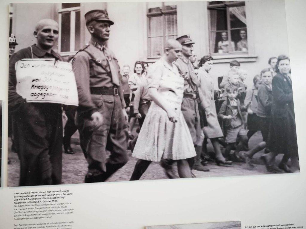 Acto de repudio en la Alemania Nazi. humillacion publica de mujeres alemanas por tener relaciones con prisioneros de guerra