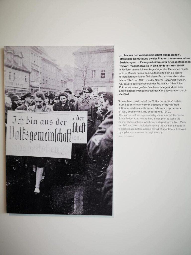 Acto de repudio en la Alemania Nazi. humillacion publica de mujeres por mantener relaciones con extranjeros o prisioneros de guerra